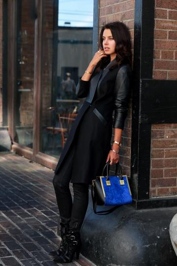 Девушка в кожаных штанах, ботильонах и черном пальто