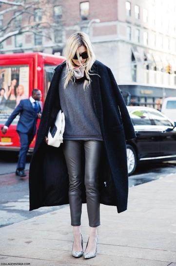 Девушка в кожаных штанах, туфлях лодочках и длинном пальто