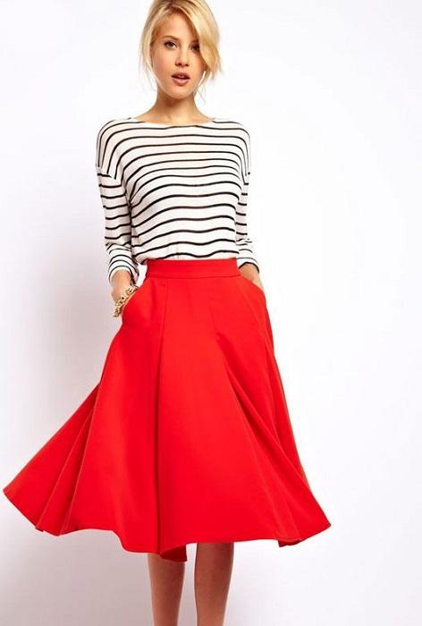 Девушка в красной юбке и полосатой кофте