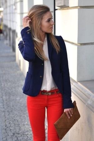 Девушка в красных джинсах, белой блузе и синем пиджаке