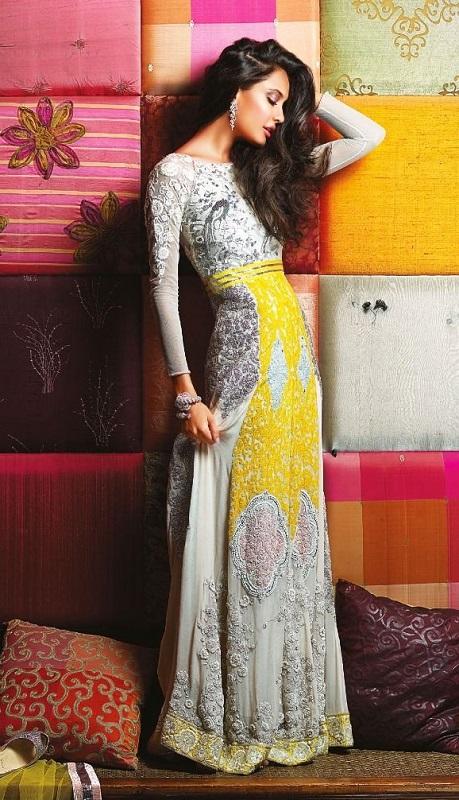 Девушка в кружевном платье индийского стиля