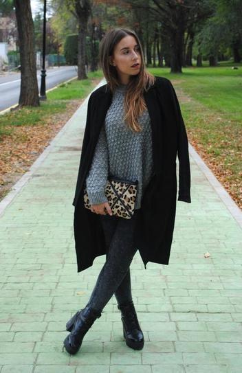 Девушка в обтягивающих джинсах, ботинках на высокой подошве и черном пальто