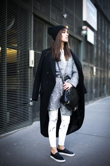 Девушка в обтягивающих штанах, платье и пальто