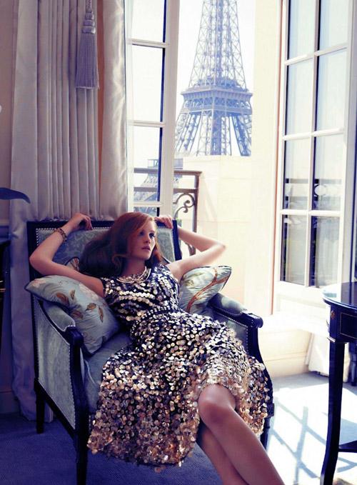 Девушка в платье без рукавов расшиток золотыми пайетками, французский шик