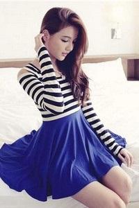 Девушка в платье с полосатым верхом и синим низом