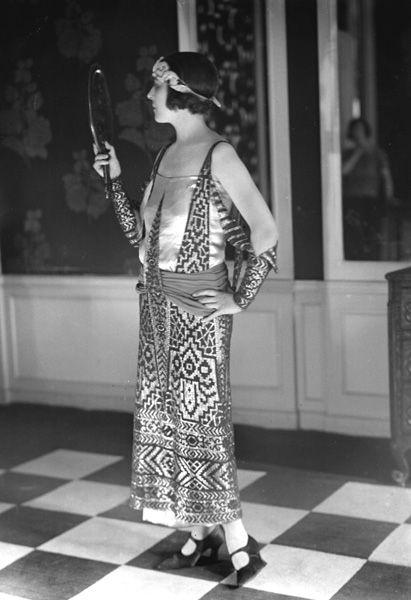 Девушка в платье в египетском стиле