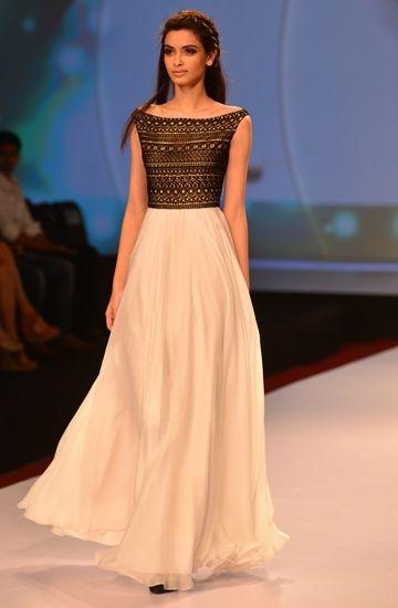 Девушка в платье в индийском стиле