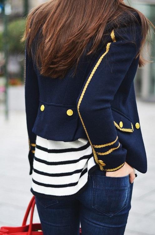 Девушка в полосатой кофте и синем пиджаке морского стиля