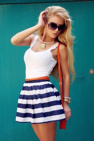 Девушка в полосатой юбке солнце и белом топе