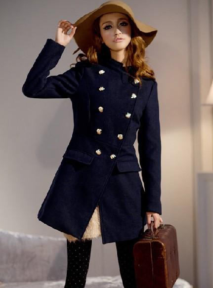 Девушка в приталенном пальто с золотистыми пуговицами