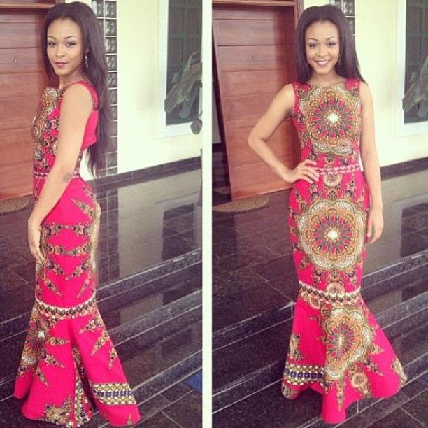 Девушка в розовом, длинном платье с африканским принтом