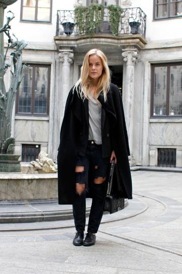 Девушка в рваных джинсах и длинном пальто