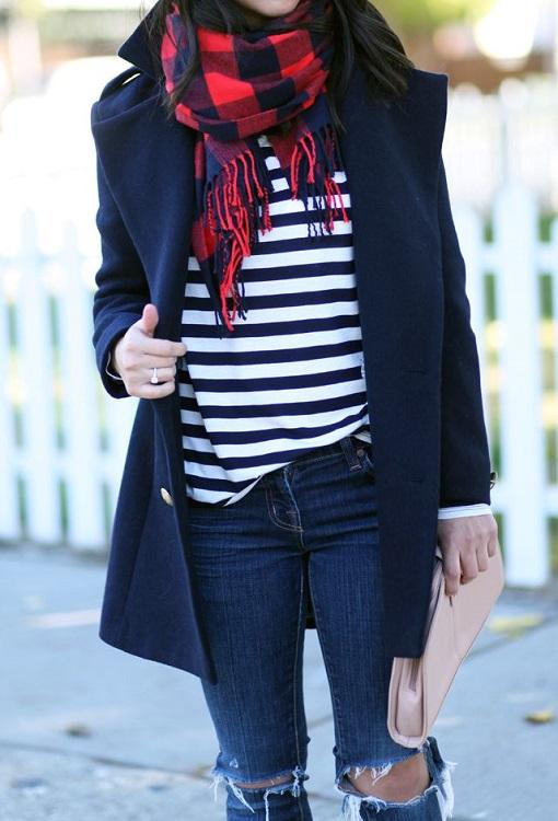 Девушка в рваных джинсах, тельняшке и темно-синем пальто