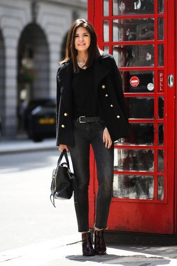 Девушка в серых джинсах и коротком пальто