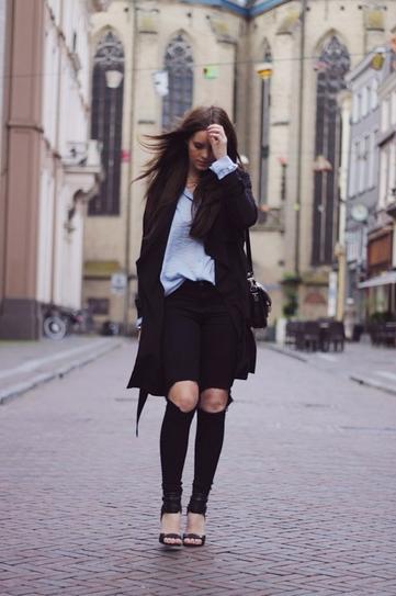 Девушка в шортах, гольфах и пальто