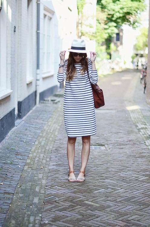 Девушка в сине-белом платье в полоску и шляпе
