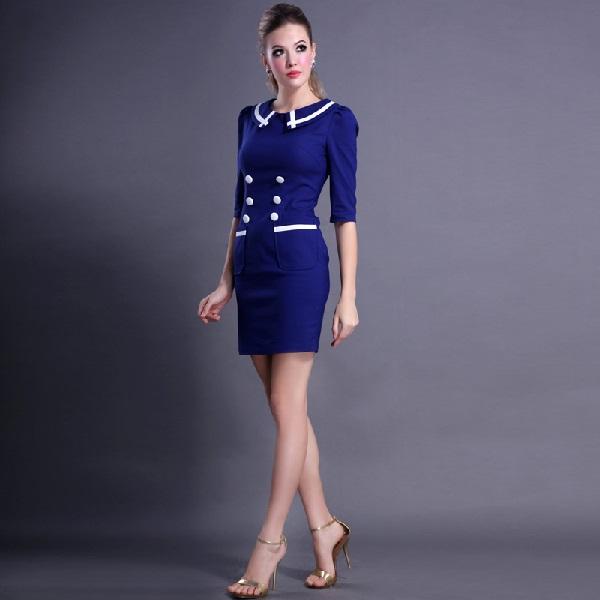 Девушка в синем платье морского стиля и пуговицами в два ряда