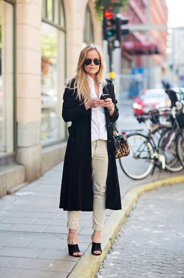 С белой блузой и светлыми джинсами