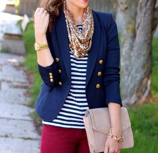 Девушка в тельняшке и синем пиджаке с золотистыми пуговицами