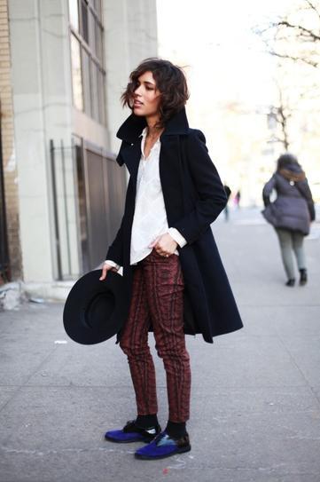 Девушка в туфлях, штанах и пальто