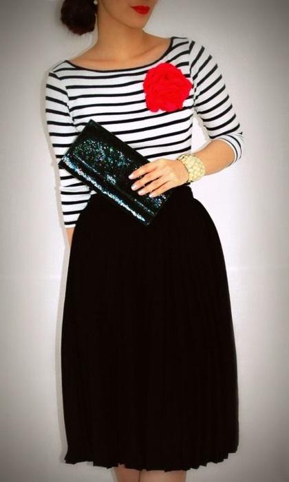 Девушка в юбке миди и полосатой кофточке в морском стиле