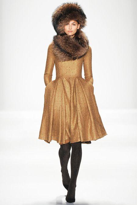 Девушка в золотистом пальто с меховым воротником и меховой шапке