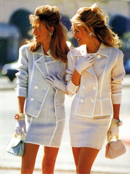 Девушки в нежных костюмах с мини платьем и-жакет на пуговицах