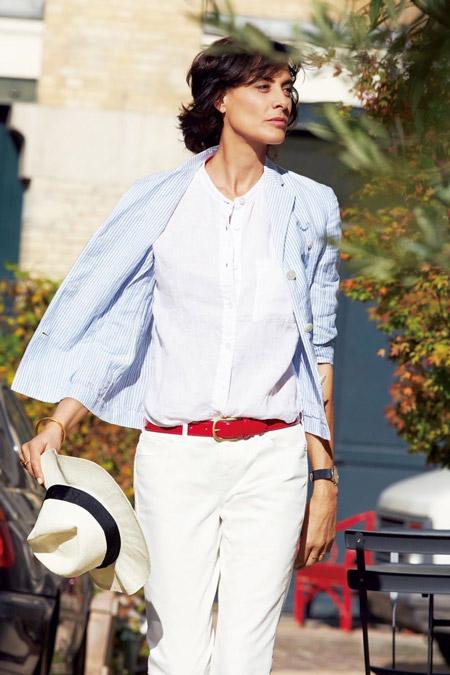 Инес Де Ла Фрессанж в белых брюках с красным поясом, белой рубашке и светло-голубом жакете