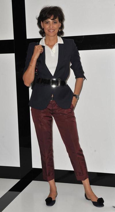 Инес Де Ла Фрессанж в брюках капри, белая рубашка и черный пиджак с лакированым поясом