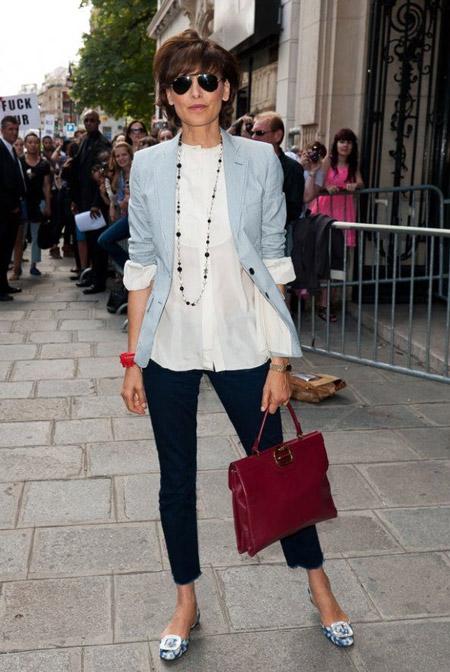 Инес Де Ла Фрессанж в брюках капри, белой блузе и голубом жакете