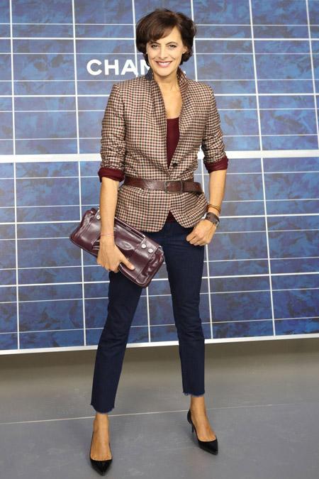 Инес Де Ла Фрессанж в брюках капри и жакете в клетку с коричневым поясом