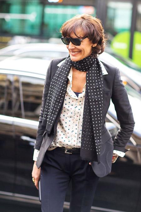 Инес Де Ла Фрессанж в черных брюках, белая блуза с принтом и серый пиджак