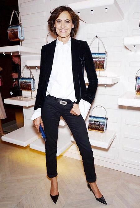 Инес Де Ла Фрессанж в черных подвернутых брюках, белой блузе и бархатном жакете