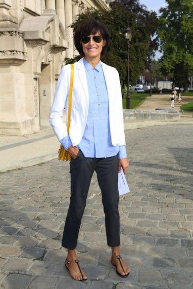 Инес Де Ла Фрессанж в капри, голубой рубашке и белом жакете