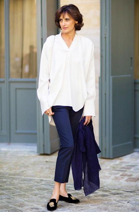 Инес Де Ла Фрессанж в укороченных черных брюках и белой рубашке
