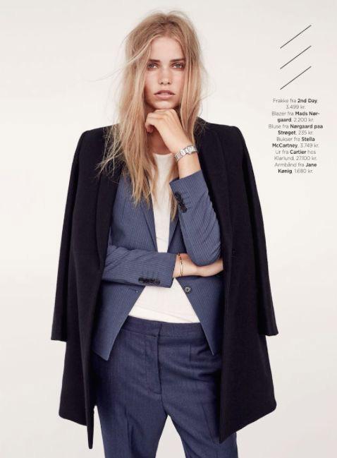 Классический стиль, модель в сером брючном костюме, белый топ и черное пальто прямого кроя