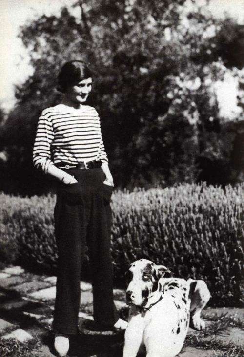 Коко Шанель в матроске и брюках