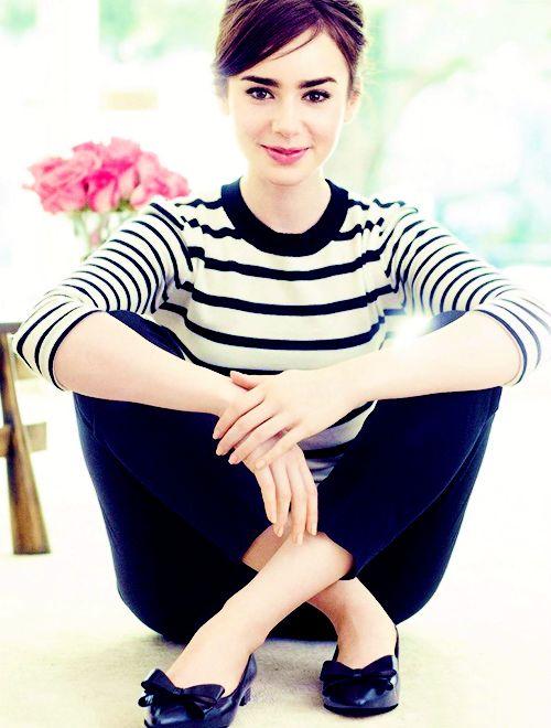 Lily Collins в полосатой футболке и темно-синих штанах