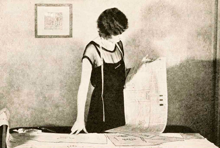 Мэри Брукс Пиккен работает над платьем, 1926 год