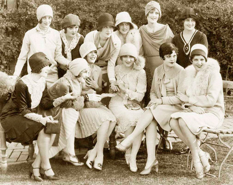 Мэри Пикфорд на чайной вечеринке с подругами, 1928 год