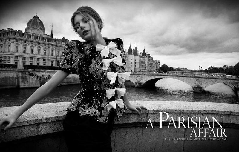 Модель в блузке с коротким рукавом, расшитое пайетками и белые банты на груди