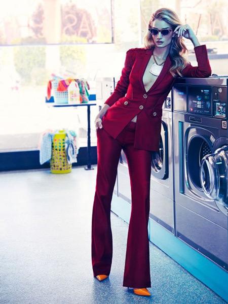 Модель в бордовом костюме с рюками клеш и приталенный жакет с глубоким вырезом