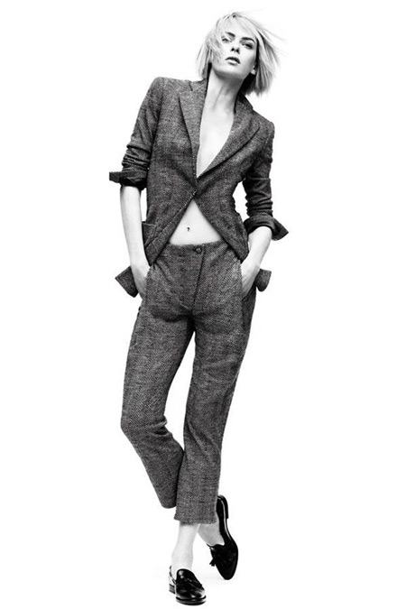 Модель в брюках капри и-жакет, застегнутый на одну пуговицу