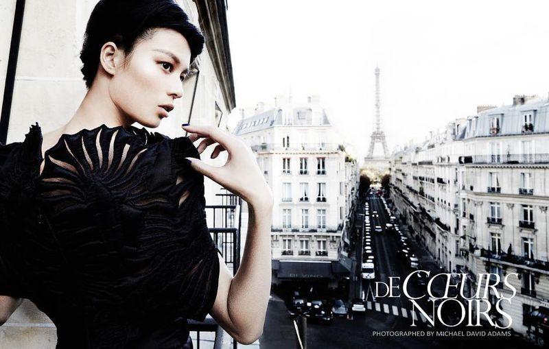 Модель в изысканном черном платье, французский шик