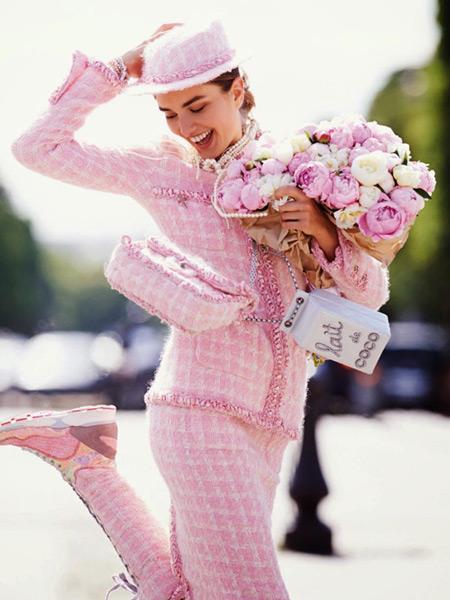 Модель в костюме нежно розового цвета в клеточку