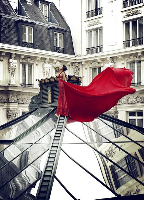 Модель в красном платье с открытой спиной и длинным шлейфом