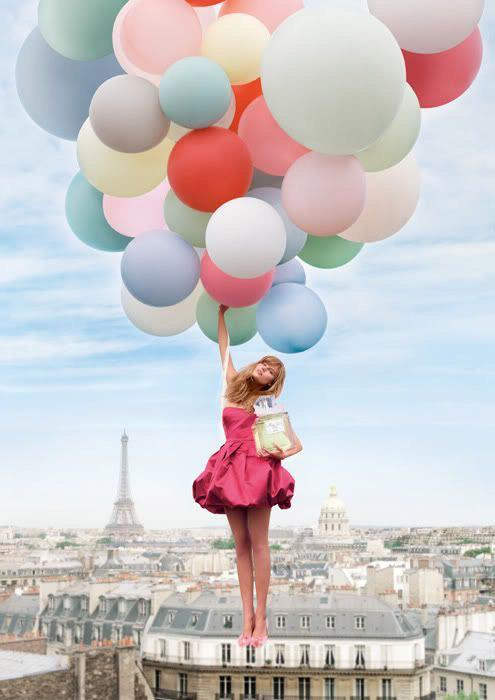 Модель в розовом платье без лямов с пышной юбкой