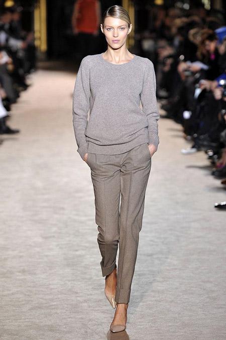 Модель в серых брюках капри и джемпер