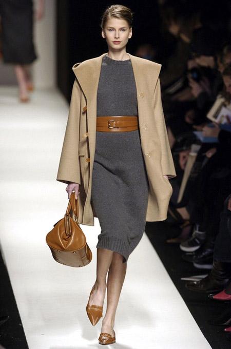 Модель в вязанном сером платье-миди, бежевое пальто прямого кроя и коричневые аксессуары