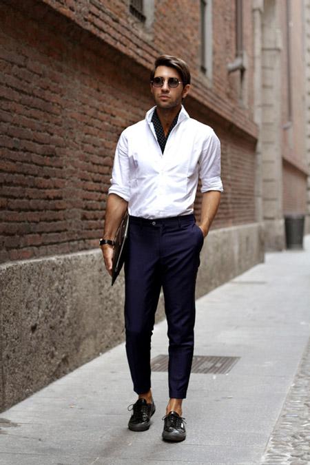 Молодой человек в черных брюках капри и белой рубашке, классический стиль